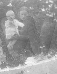 Vaimo ja lapset arkulla
